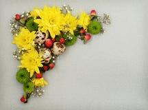 Canto decorativo da Páscoa de flores amarelas, verdes e brancas com Foto de Stock