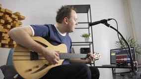 Canto del musicista e chitarra elettrica di gioco nello studio domestico di musica archivi video