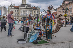 Canto del nativo americano en la calle principal en Novi Sad fotos de archivo