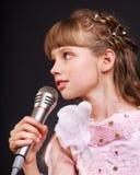 Canto del niño en micrófono. Fotos de archivo