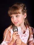 Canto del niño en micrófono. Foto de archivo libre de regalías