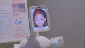 Canto del robot y cabeza móvil en la exposición de la tecnología almacen de video