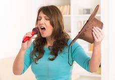 Canto della donna con un microfono fotografie stock
