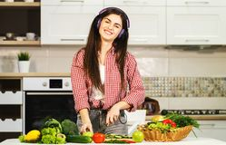 Canto della ragazza come cucinando fotografia stock libera da diritti