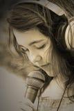Canto della ragazza del Brunette Immagini Stock Libere da Diritti