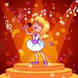 Canto della ragazza del fumetto con un microfono Fotografie Stock Libere da Diritti