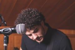 Canto di Cantante in uno studio di musica fotografie stock