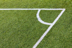 Canto do campo do futebol (futebol) com marcas brancas fotos de stock royalty free
