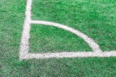 Canto do campo do futebol ou de futebol com marcas brancas foto de stock