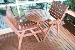 Canto do lazer com cadeiras e a tabela de madeira Imagem de Stock