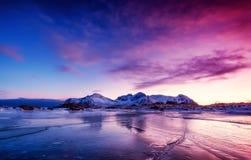 Canto e hielo de la montaña en la superficie congelada del lago Paisaje natural en las islas de Lofoten, Noruega foto de archivo libre de regalías