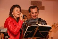 Canto e homem da mulher que jogam na guitarra Imagens de Stock