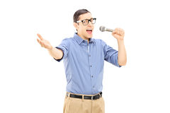 Canto emozionante del giovane sul microfono Fotografie Stock Libere da Diritti