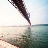 Canto hermoso de B sobre el río con la visión granangular Los 25 de A Imagenes de archivo