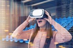 Canto interior do cinema, mulher dos vidros de VR Fotografia de Stock Royalty Free