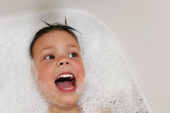 Canto mientras que toma un baño Fotos de archivo libres de regalías