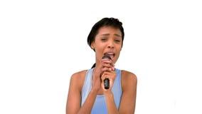 Canto modelo atractivo en el micrófono almacen de metraje de vídeo
