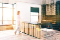 Canto preto e de madeira da cozinha, borrão da barra Fotos de Stock Royalty Free