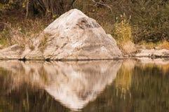 Canto rodado grande en la forma de un triángulo con la reflexión en el río del oro en Corea Fotografía de archivo libre de regalías
