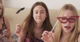 Canto teenager delle ragazze e ballare con i puntelli del partito archivi video