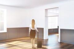 Canto vazio branco e cinzento da sala, mulher Fotografia de Stock