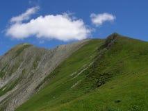 Canto verde de la montaña suavemente que se inclina Fotos de archivo libres de regalías