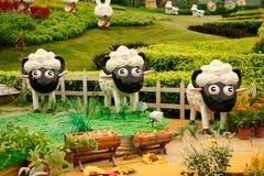 Canton, Cina - 11 luglio 2018: Figure animali sveglie nel giardino di Yuntai fotografia stock libera da diritti