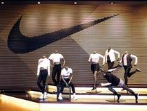 Canton, Cina - MARZO 27,2018: esposizione interna del deposito Nike La marca famosa di modo di sport universalmente e è una del m immagine stock