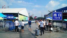 Canton, Cina: paesaggio del quadrato della stazione ferroviaria di Guangzhou, ospiti pedonali, ordinati video d archivio