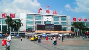 Canton, Cina: paesaggio del quadrato della stazione ferroviaria di Guangzhou, ospiti pedonali, ordinati archivi video