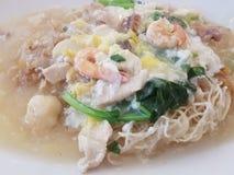 Cantonese Fried Noodle på en vit platta royaltyfri fotografi