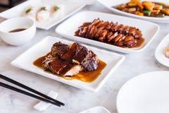 Cantonese grillat andkött med anden grillade sås med BBQ-griskött i bakgrund fotografering för bildbyråer