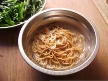 Cantonese som äter middag nudellunchmål royaltyfri fotografi