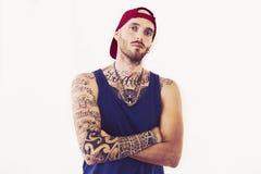 Cantor de batida Tattooed que levanta no estúdio fotos de stock