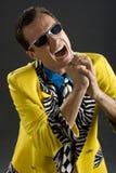 Cantor de Rockabilly dos anos 50 no revestimento amarelo Imagens de Stock Royalty Free