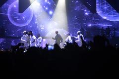 Cantor e dançarinos, fase do concerto da música, multidão entusiástica, fãs Fotografia de Stock Royalty Free