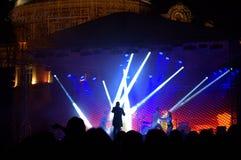 Cantor e dançarinos na fase exterior Fotografia de Stock Royalty Free