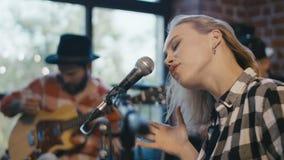 Cantor e músicos de Coworking video estoque