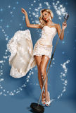 Cantor em um vestido longo perto do microfone Fotos de Stock Royalty Free