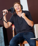 Cantor masculino With Eyes Closed que executa no estúdio imagem de stock royalty free