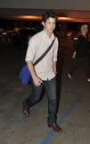 Cantor Nick Jonas do ator no aeroporto RELAXADO. imagem de stock royalty free