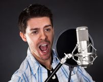 Cantor novo com microfone Imagem de Stock