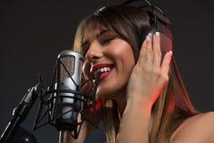Cantor Recording da mulher uma música nova Foto de Stock