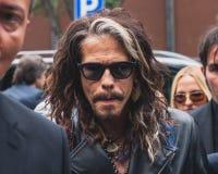 Cantor Steven Tyler fora dos desfiles de moda de Armani que constroem para a semana de moda 2014 de Milan Men Fotografia de Stock