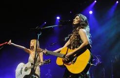 Cantoras Taylor Swift e Paula Frnandes lizenzfreie stockbilder