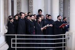 Cantores religiosos ortodoxos romenos do coro durante uma procissão da peregrinação de domingo de palma em Bucareste foto de stock