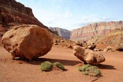 Cantos rodados de la piedra arenisca debajo de los acantilados bermellones Imagen de archivo libre de regalías