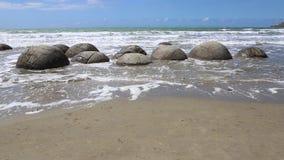 Cantos rodados de Moeraki en alta marea metrajes