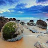 Cantos rodados de Moeraki, isla del sur, Nueva Zelanda Foto de archivo