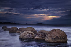 Cantos rodados de Moeraki, Nueva Zelandia Imagen de archivo libre de regalías